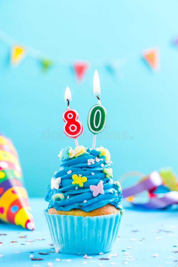 Quatre-vingtième petit gâteau quatre-vingtième d'anniversaire avec la bougie Maquette de carte photographie stock