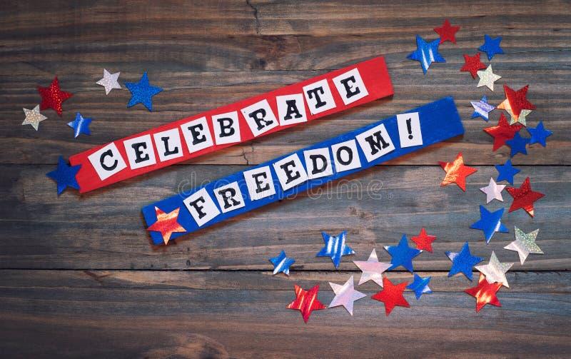 Quatrième de signe de juillet avec les mots qui indiquent pour célébrer la liberté Il est dedans rouge, blanc et bleu avec les ét photographie stock libre de droits