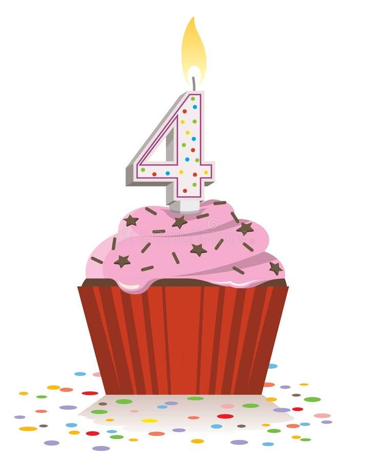quatrième petit gâteau d'anniversaire avec la bougie allumée dans