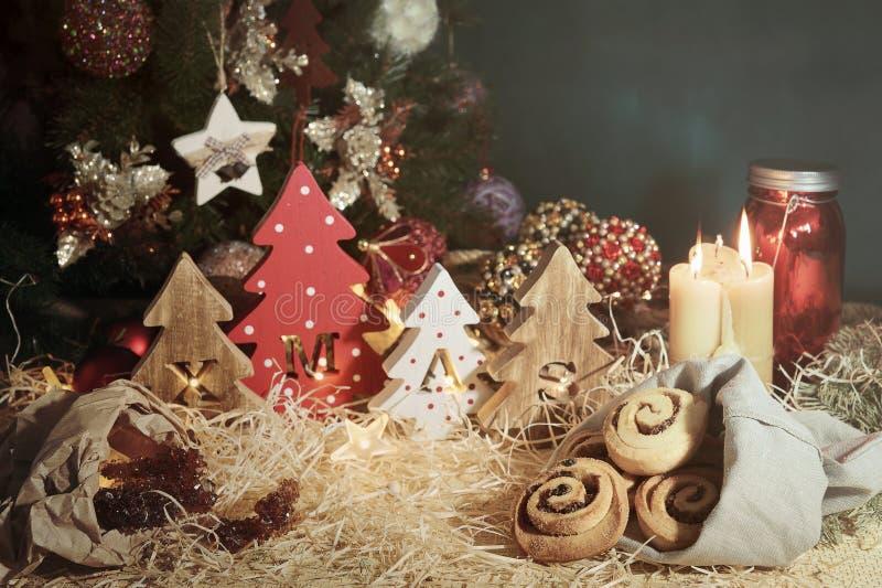Quatro árvores de Natal de madeira decorativas com letras cinzeladas xmas e doces do Natal T imagem de stock royalty free