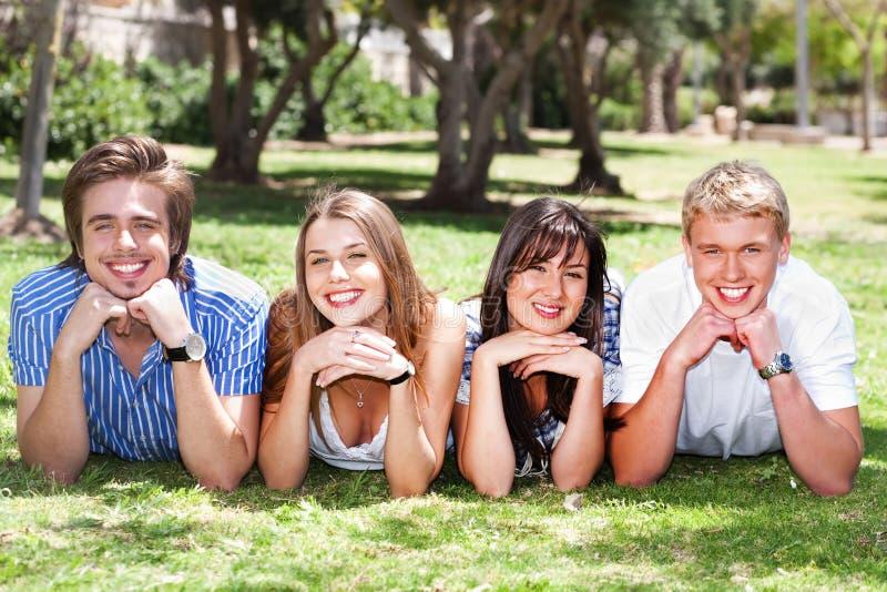 Quatro adolescentes com mãos em seu queixo fotografia de stock