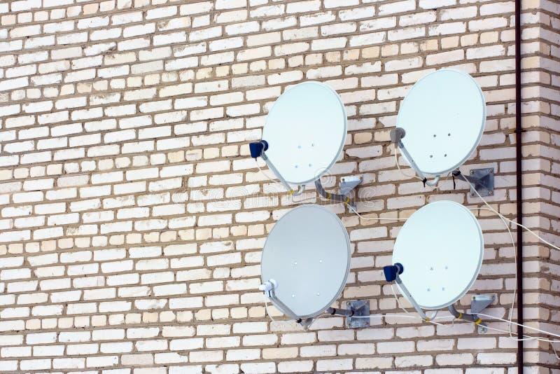 Quatro antenas da televisão satélite. imagem de stock royalty free