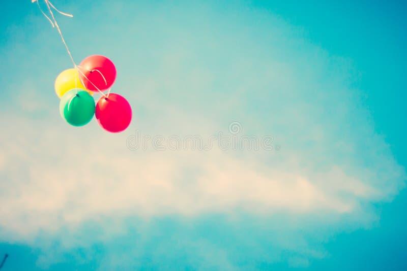 Voo colorido de quatro balões imagens de stock