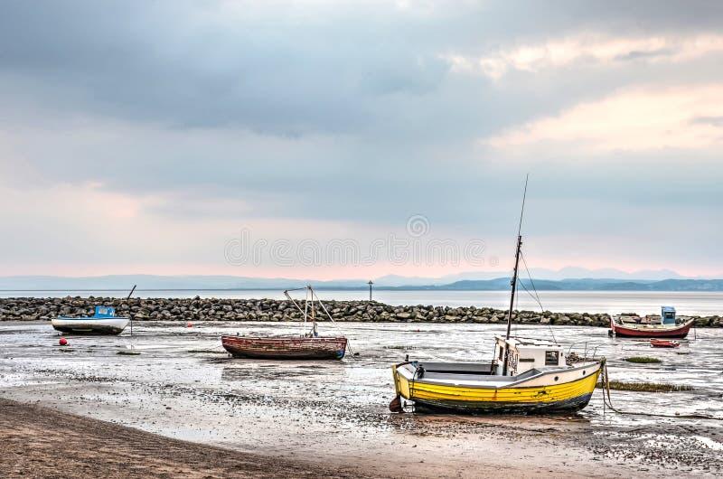Quatro barcos na praia foto de stock royalty free