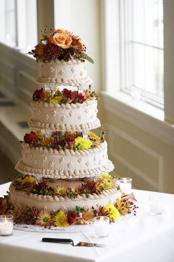 Quatro bonitos bolo de casamento estratificado fotografia de stock royalty free