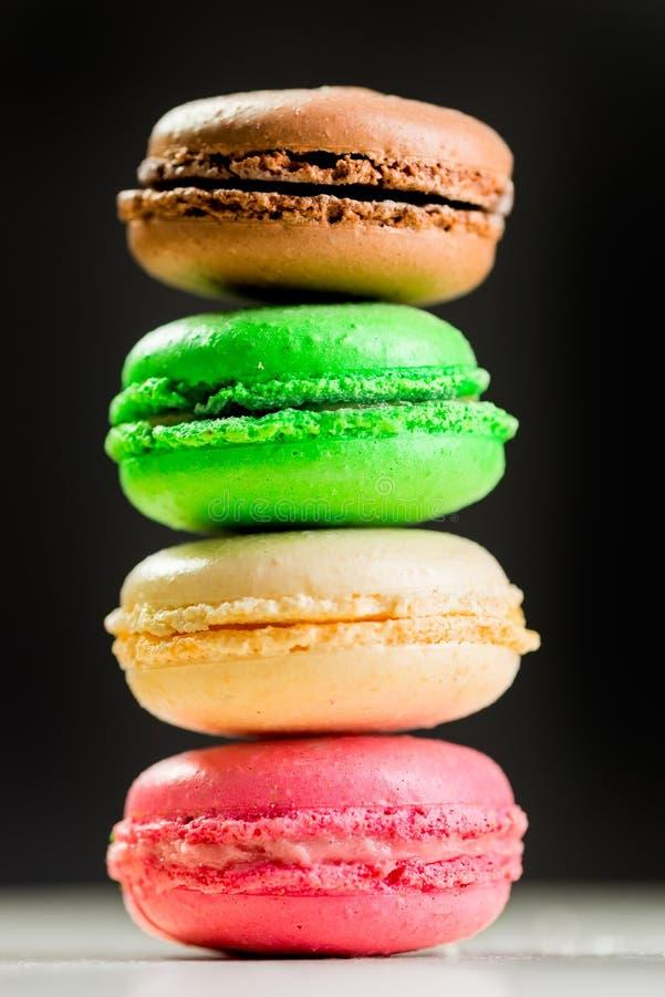 Quatro cookies coloridos do macarrão em um isolado preto do fundo imagem de stock royalty free