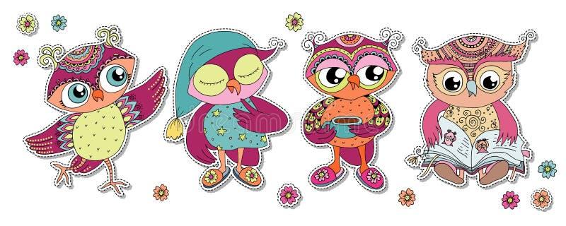 Quatro corujas coloridas bonitos dos desenhos animados imagens de stock royalty free