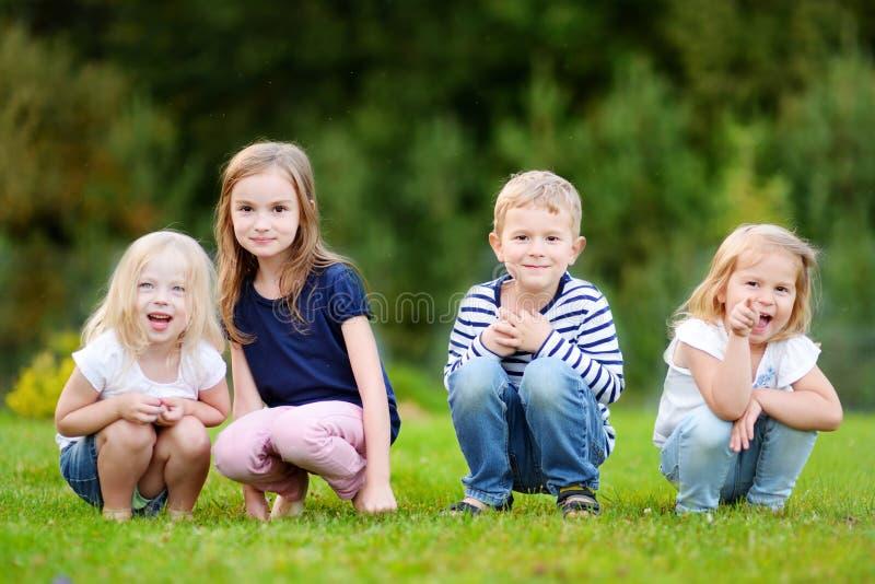Quatro crianças adoráveis fora foto de stock royalty free