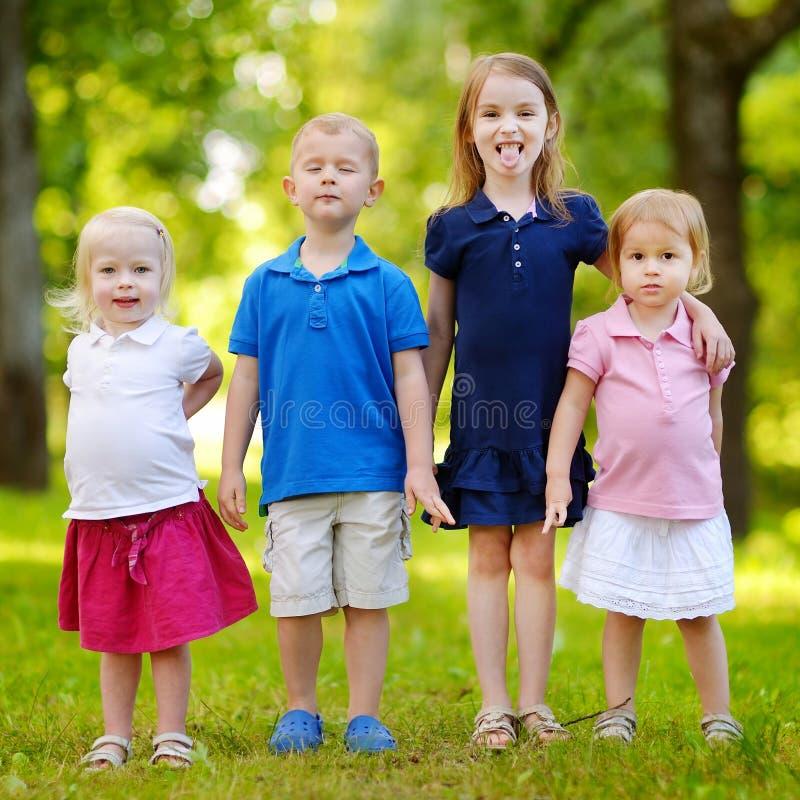 Quatro crianças entusiasmado fotos de stock