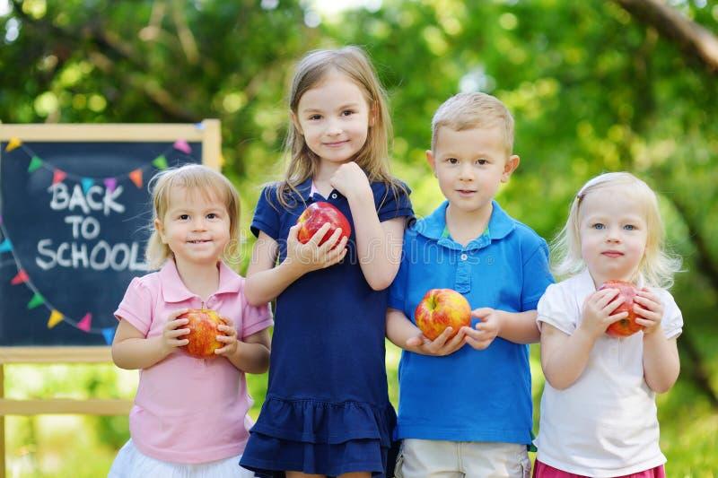 Quatro crianças entusiasmado por um quadro foto de stock