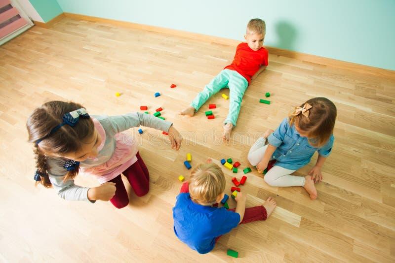 Quatro crianças que passam seu tempo de lazer em casa fotografia de stock