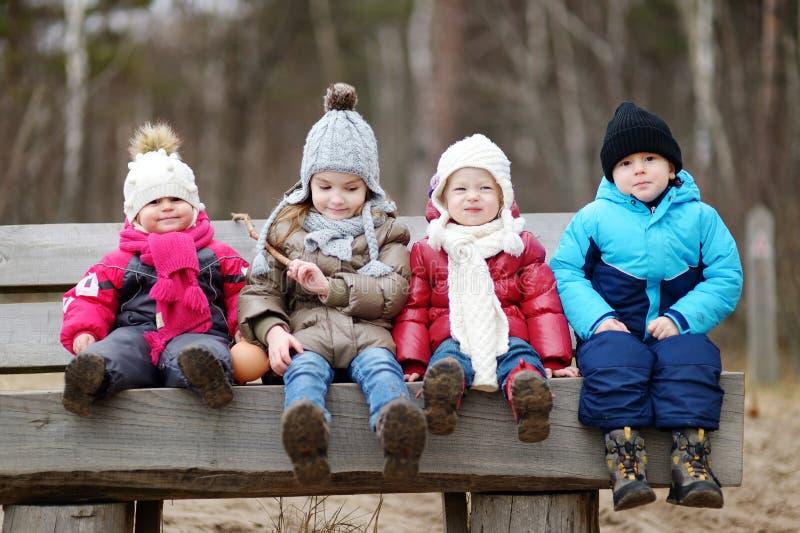 Quatro crianças que têm o divertimento na mola adiantada fotografia de stock