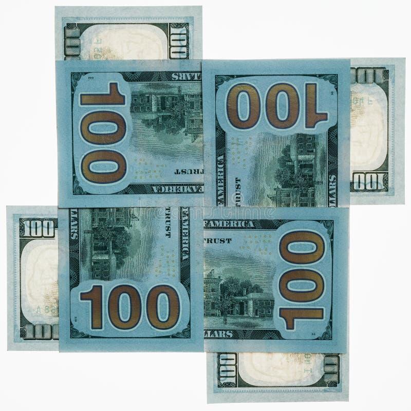 Quatro denominações do dinheiro de cem-dólar dos EUA em um fundo branco são alinhadas com uma cruz em se Frame quadrado Busin fotos de stock royalty free