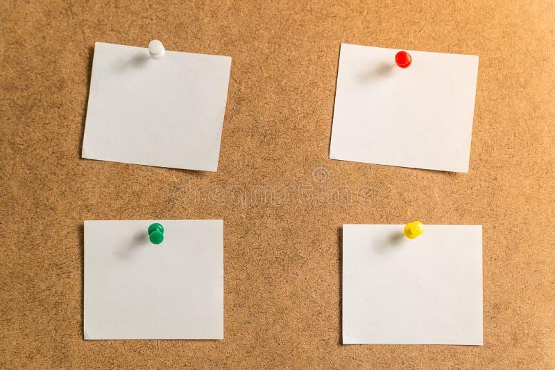 Quatro etiquetas brancas para tomar notas em um fundo do cartão imagem de stock royalty free