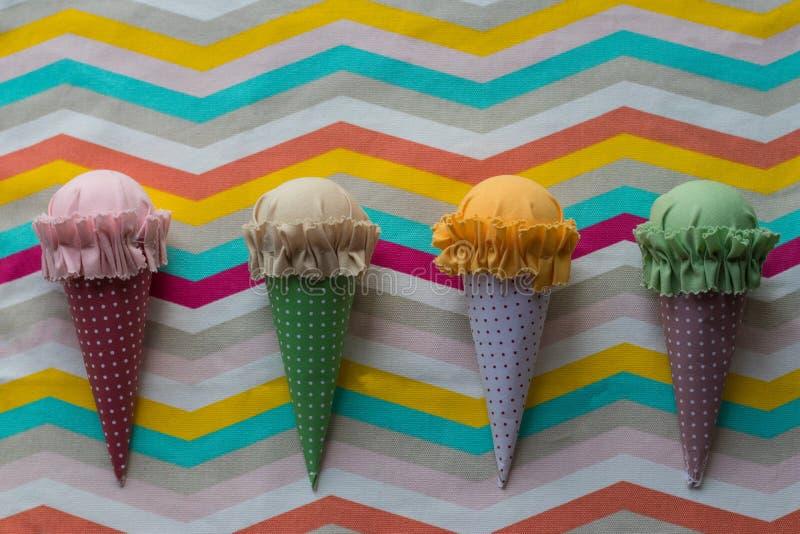 Quatro feitos à mão coloridos gelado na matéria têxtil do teste padrão com linhas azuis, amarelas, brancas, vermelhas e alaranjad fotos de stock