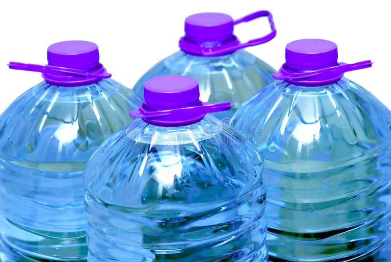 Quatro frascos da água isolados sobre o branco fotos de stock