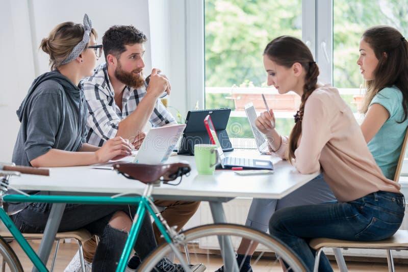 Quatro freelancers proficientes e contratantes independentes co-worki foto de stock
