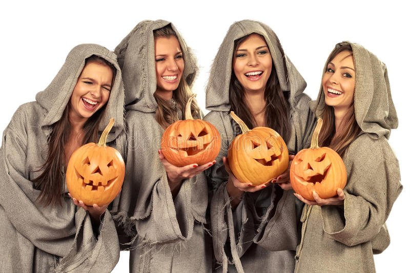 Quatro freiras que prendem abóboras de Halloween foto de stock royalty free