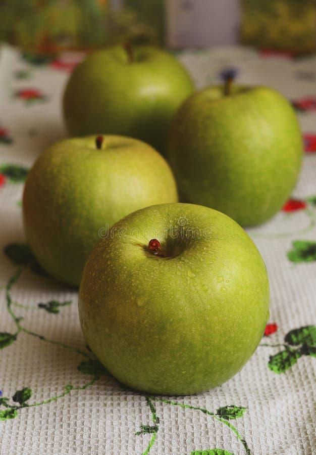 Quatro maçãs verdes grandes imagens de stock royalty free