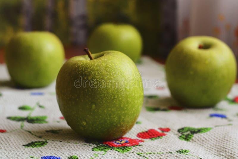 Quatro maçãs verdes grandes fotografia de stock