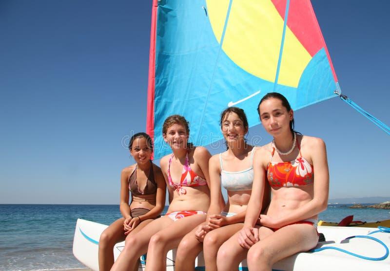 Quatro meninas em um barco imagens de stock