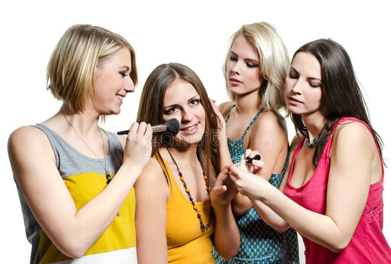 Quatro moças de sorriso bonitas em t-shirt coloridos imagem de stock