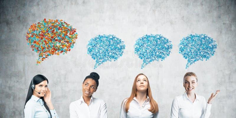 Quatro mulheres com bolhas do discurso fotografia de stock royalty free