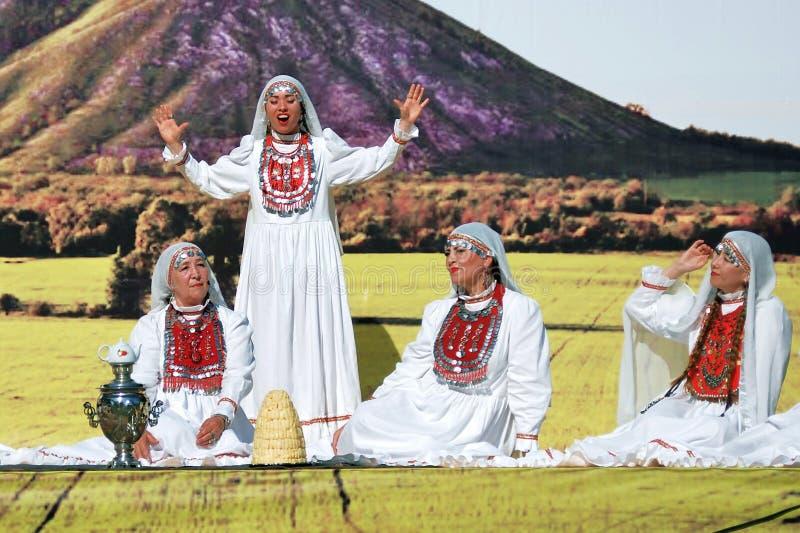 Quatro mulheres em vestidos Tatar tradicionais foto de stock royalty free