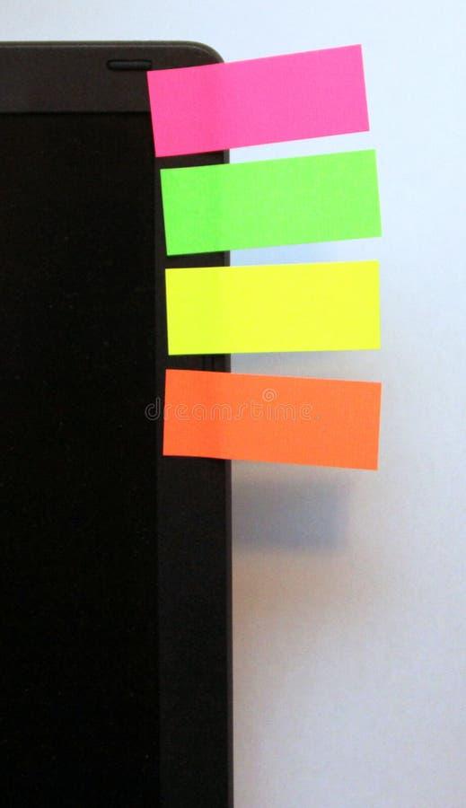 Quatro notas na tela do portátil imagens de stock royalty free