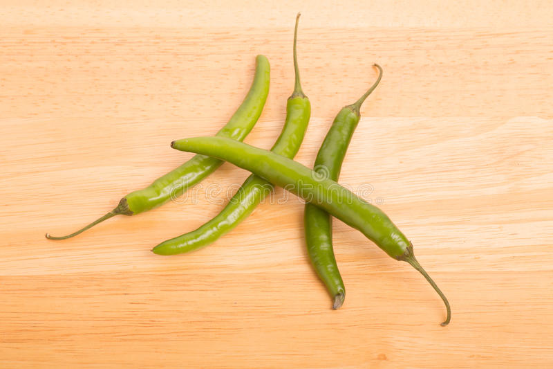 Quatro pimentas de pimentão verdes foto de stock