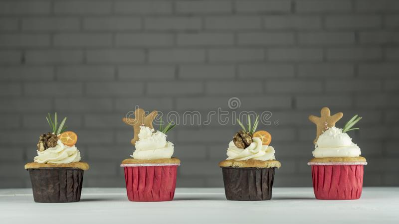 Quatro queques do Natal com kumquat, nozes e cookies do gengibre na tabela fotos de stock royalty free