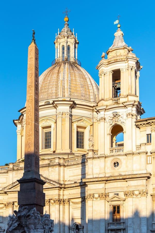 Quatro rios fonte, dei Quattro Fiumi de Fontana do italiano, com obelisco e St Agnes Church no fundo Pra?a Navona imagem de stock royalty free