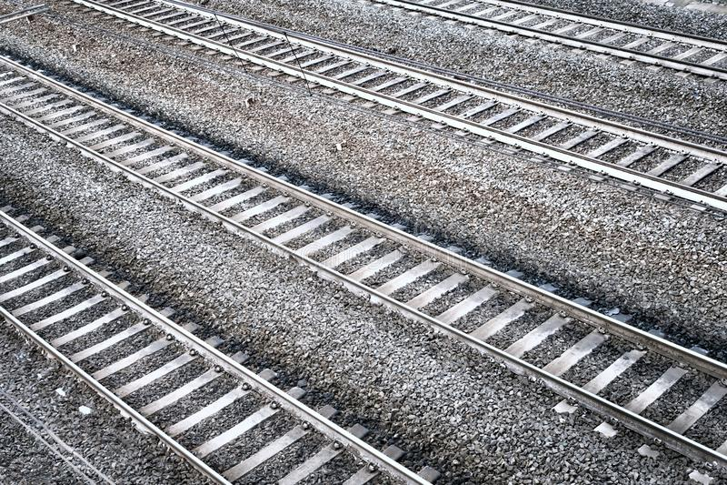 Quatro trilhas de estrada de ferro Opinião de perspectiva aérea fotografia de stock royalty free