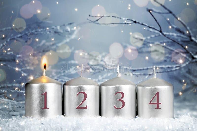 Quatro Velas Adversas Uma vela queimando Primeira semana de Advent imagem de stock royalty free