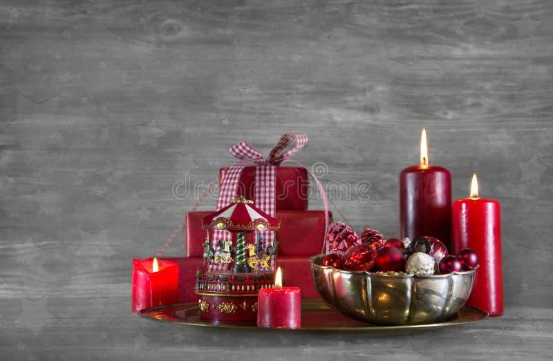 Quatro velas ardentes vermelhas do advento em um fundo gasto cinzento do xmas fotos de stock