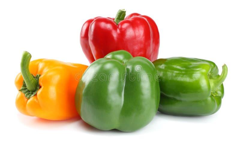 Quatro verdes, vermelho, pimentas de sino doce do amarelo isoladas no fundo branco imagem de stock