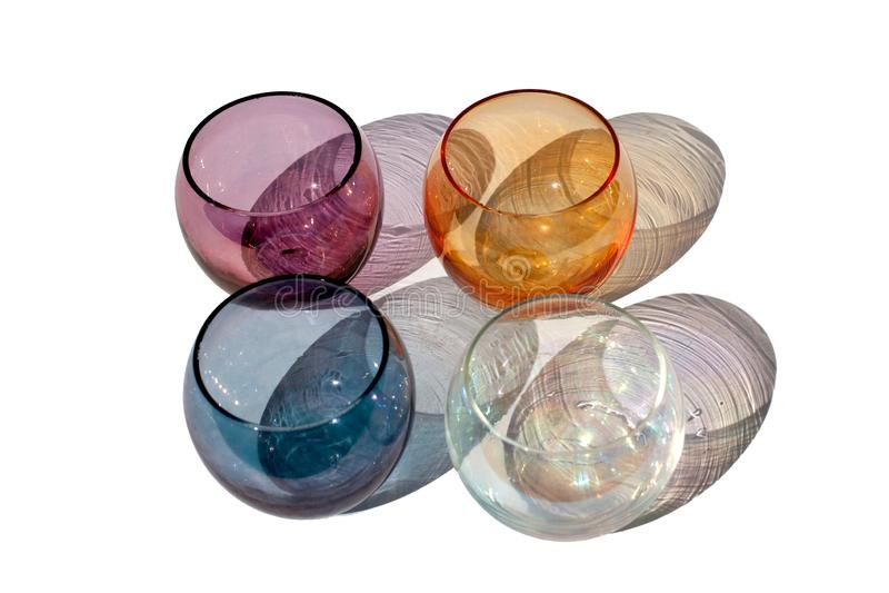Quatro vidros coloridos do círculo do vintage em um fundo branco com sombras coloridas bonitas no fim isolado luz solar acima imagem de stock
