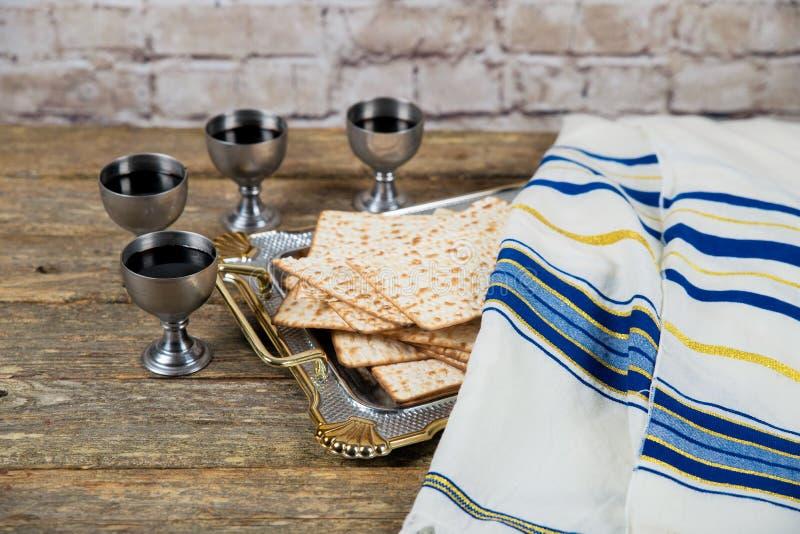 Quatro vidros do vinho devem ser bebidos na páscoa judaica de acordo com a tradição judaica imagens de stock