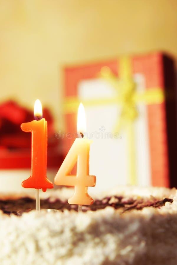 Quattordici anni Torta di compleanno con le candele burning immagini stock libere da diritti