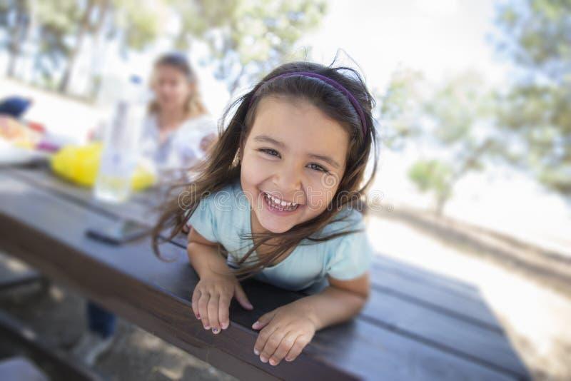 Quattro anni sorridere della ragazza immagini stock libere da diritti