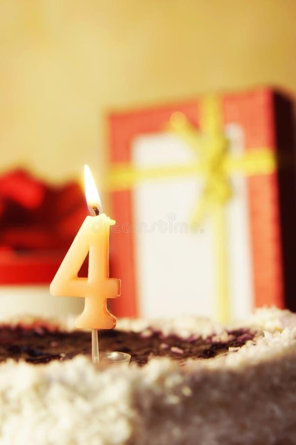 Quattro anni Torta di compleanno con la candela burning fotografia stock