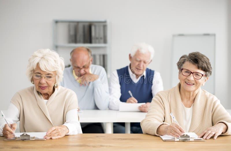 Quattro anziani durante le classi del computer fotografia stock libera da diritti