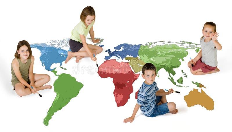 Quattro bambini che verniciano il mondo fotografia stock libera da diritti