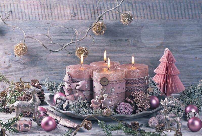 Quattro candele rosa di natale fotografie stock libere da diritti