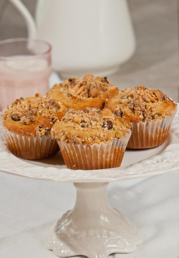 Quattro casalinghi, muffin al forno di pepita di cioccolato della briciola dell'arachide fotografie stock libere da diritti