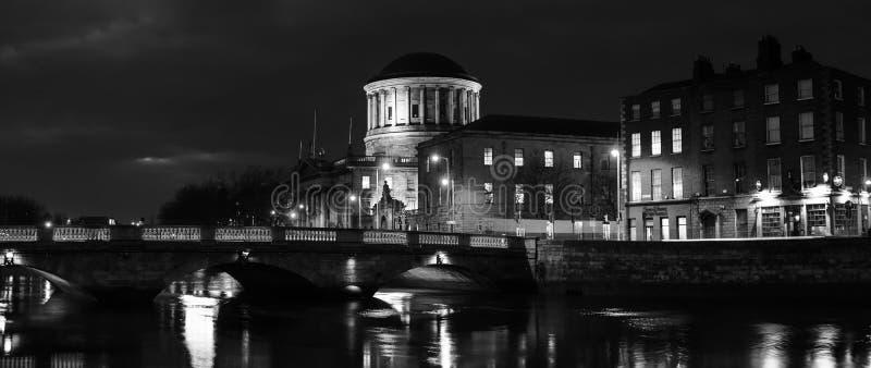 Quattro corti che costruiscono a Dublino, Irlanda alla notte immagine stock