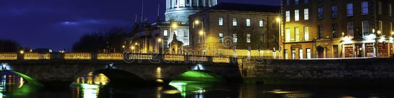 Quattro corti che costruiscono a Dublino, Irlanda alla notte fotografia stock libera da diritti