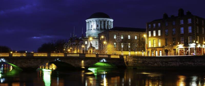 Quattro corti che costruiscono a Dublino, Irlanda alla notte immagini stock libere da diritti