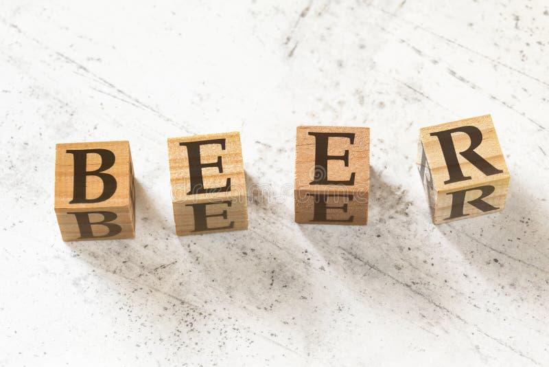 Quattro cubi di legno con la BIRRA delle lettere che significa i RISULTATI di ASPETTATIVA di EFFETTO di COMPORTAMENTO sul bordo l fotografie stock libere da diritti