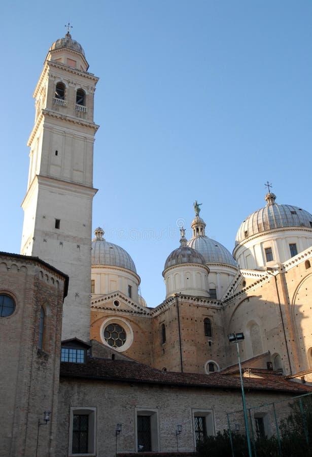 Quattro delle cinque cupole della basilica di Santa Giustina e del campanile a Padova in Veneto (Italia) fotografie stock